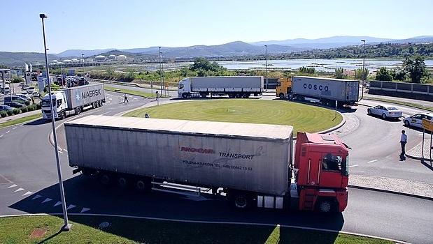 Koper, 26.06.2015 Ankaranska vpadnica, zastoji prometa, kolone kamionov tovornjakov na vhodu v Luko Koper, kamioni, tovornjaki, Luka Koper, policisti so usmerjali promet ------ Ilona gnweb